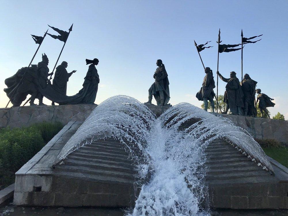 Statyn med Kriemhilds möte med Hunnerkungen Etzel