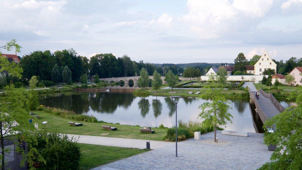 Parken i Tirschenreuth med Fischhof och Fischhofbrücke