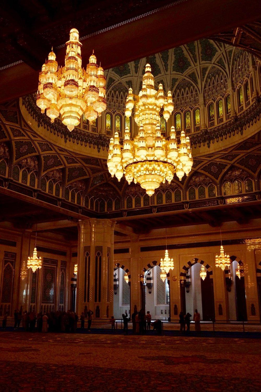 Inne i stora Moskén i Maskat