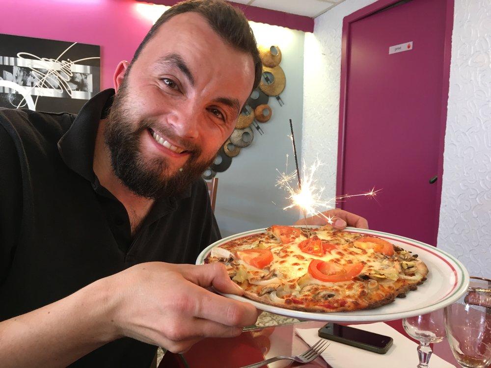 Anniversaire lors d'un tournage, pizza surprise et ambiance qualitative.