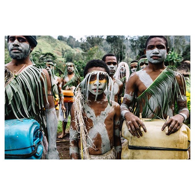 In the #highlands of papua newguinea lives the yame #tribe. At a #singsing the people dress like their forefathers. Every tribe got its own style of dressing and  painting their bodys called #bilas. The yame decorat them selfs with feathers of #birdsofparadise, skin of #cascas and tails of #cassawary.
