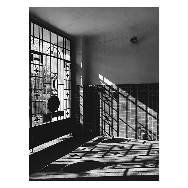 Sun is up....#monday #morning #sun #shadow #shadowgame #lines #graphic #patterns #berlin #architecture #blackandwhite #photography #moment