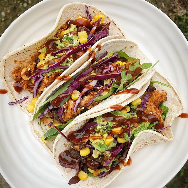Tacos 🌮 with pulled bbq jackfruit recipe from @minimalistbaker, black beans, cabbage, corn & avocado. So good 👌🏻 #vegan