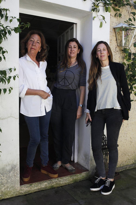 CARMEN MAZA ,  ANA ROJAS MAZA  Y  MARÍA MAZA  EN SU  ATELIER DE SEVILLA