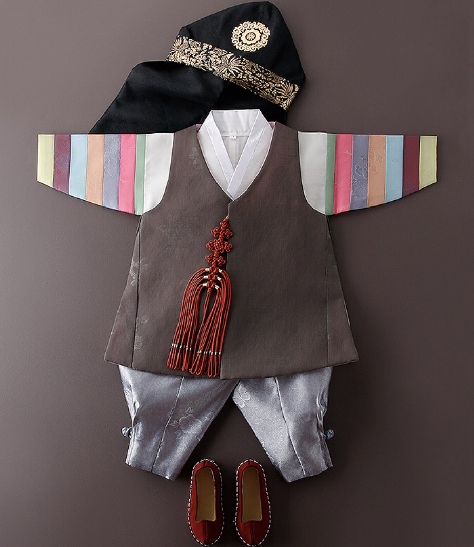 HANBOK RENTAL FOR BOYS - Hanbok comes with all accessories(random) including hat, traditional ornaments, shoes, socks, and traditional belt. 모든 한복 상품에 어울리는 악세사리(호건, 노리개, 버선, 태사해, 돌띠)로 풀대여 구성으로 보내드립니다.