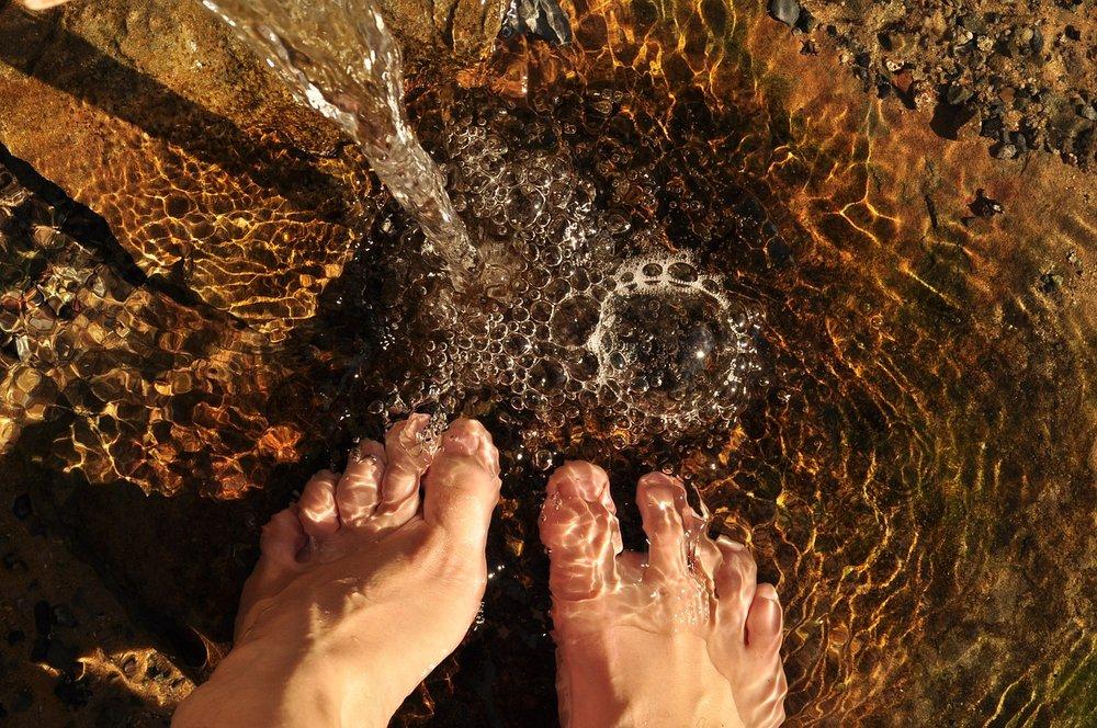 feet-in-the-water-2124781_1280.jpg
