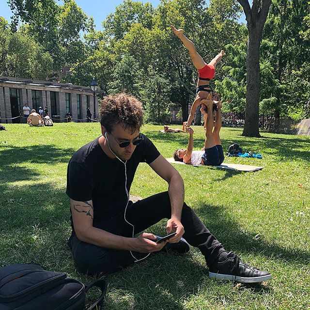 On beautiful 🌞 days like today - everyone is living the #nodesks life. #issalifestyle #officeinthepark
