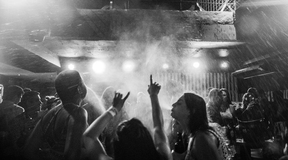 black-and-white-club-crowd-788824.jpg
