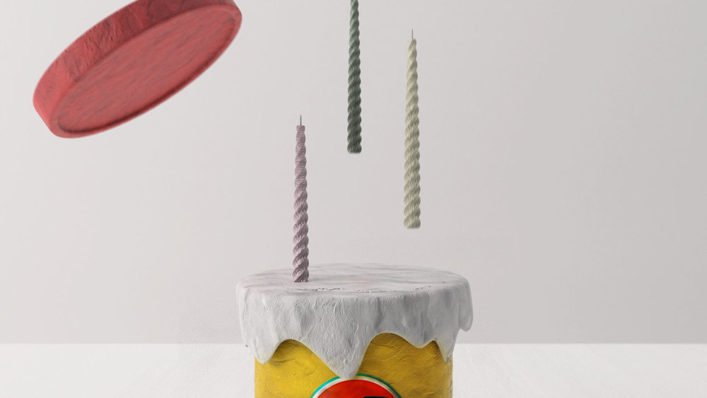 WHEN THE LID IS OPEN, THE PLAY-DOH BECOMES CAKE AND IT SHOWS HOW THE PARTY IS STARTED.