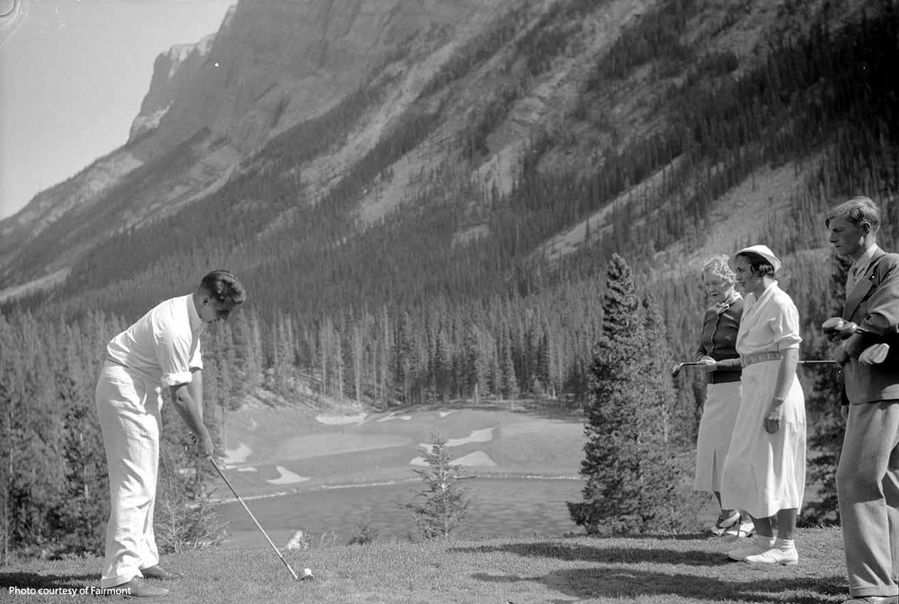 Nestled in the shadow of Mount Rundle, and teeing off from some 80 feet above a shallow turquoise pond; golfers are exposed to a dominating mountain backdrop and treated to an unrivialed natural setting.