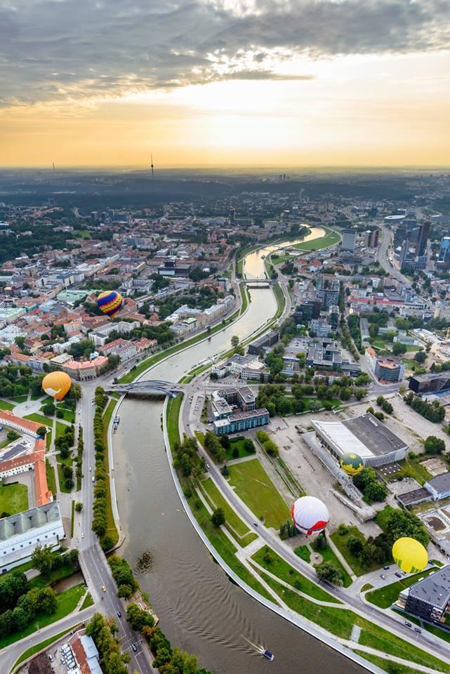 Skrydis oro balionu Vilniuje - Seniai gyveni mieste, bet niekad nematei jo iš aukštai? Tai pakilk,pamatysi nuostabų peizažą, miesto stogus, o galbūt atitrūksi nuo kasdienybės ir pamiršikamščius bei rūpesčius, ten kažkur apačioje. O galbūt kaip tik ieškai kitokio vaizdo? Tai tikkreipkis, suoragnizuosim pakilimą virš jums nepažįstamo miesto. Juk smagiau dairytis išviršaus nei suktis miesto šurmulyje.Kaina: nuo €95.00