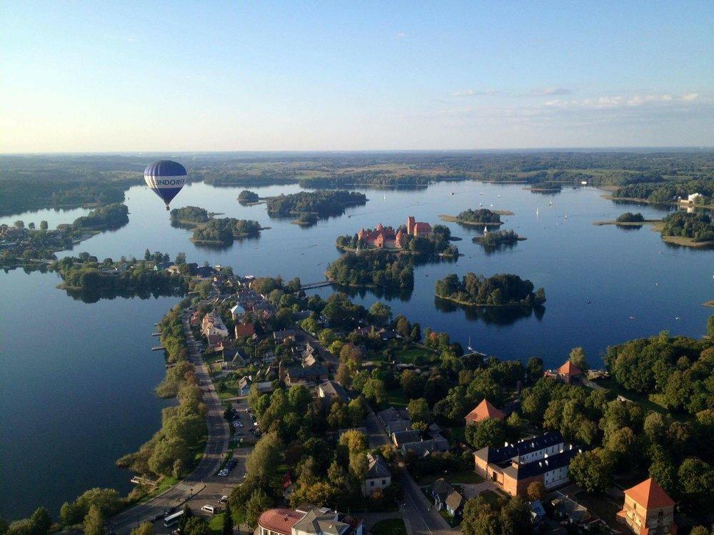 Skrydis oro balionu Trakuose - Ar matėt kada Trakus iš viršaus? Pažadame, kad skrendant oro balionu pamatysite, kokie jie iš tikrųjų ežeringi ir nuostabūs! Skrendam ir pažvelkim!Kaina: nuo €99.00