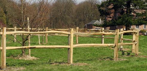 Sepulchre & De Bellefroid - En France et en Angleterre, les clôtures en châtaigner sont utilisées depuis des siècles. Celles que nous avons choisies pour les Terres d'Ici sont robustes et se fusionnent parfaitement avec le cadre naturel.