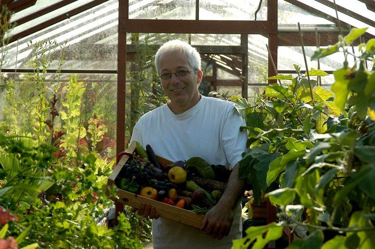 Peter Bauwens - Peter Bauwens, artiste peintre de formation, est devenu jardinier par passion, composant des tableaux avec ses récoltes de légumes aux formes et aux couleurs peu habituelles. Les photos que vous pouvez voir sur ce site sont de lui! Avec l'aide de son épouse Kathelijne, Peter anime une pépinière très particulière, spécialiste des graines et plants de légumes insolites. C'est tout au nord de la province de Flandre orientale, à deux pas de la frontière hollandais que vit et travaille Peter Bauwens. Son grand jardin comporte un ensemble de parcelles successives où des serres en cèdre rouge venues d'Angleterre sont disposées ici et là. Elles permettent les semis précoces des trouvailles de Peter dans les catalogues de graines et dans les potagers du monde entier.Nous sommes ravis de pouvoir bénéficier très prochainement de ses graines uniques en leur genre!Retrouvez Peter ici: denieuwetuin.be