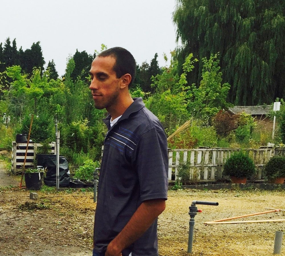 Alexandre Guertin - Architecte-paysagiste passionné des plantes et de leur potentiel régénératif, Alexandre met son expérience à profit en accompagnant des agriculteurs et praticiens dans la conception de fermes écologiques en polycultures au Canada et à l'international, comme chez nous! Constamment en quête de savoir et d'expérience, il se spécialise en agroforesterie et production fruitière, en gestion des eaux pluviales selon l'approche Keyline et en gestion holistique des pâturages. Il travaille avec Jean-Martin Fortier avec lequel il crée des fermes au Canada en polyculture-élevage, comme la Ferme des Quatre Temps.