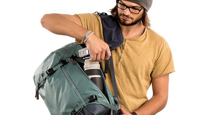 Points d'Accès Multiples - Le sac à dos Shimoda Explore 40 offre des options d'accès arrière et latéral. L'ouverture latérale est idéale pour un accès rapide sous le bras sans retirer complètement le sac. L'ouverture arrière permet un accès large et dégagé à la majeure partie de votre équipement.