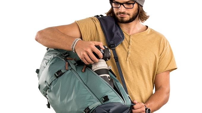 Points d'Accès Multiples  - Le sac à dos Shimoda Explore 60 offre des options d'accès arrière, latéral et supérieur. L'ouverture latérale est idéale pour un accès rapide sous le bras sans retirer complètement le sac. L'ouverture arrière permet un accès large et dégagé à la majeure partie de votre équipement. L'accès par le dessus permet d'accéder à l'appareil pendant que le sac est debout, ce qui est idéal lorsque le partie principale du sac est rempli d'autre équipement.