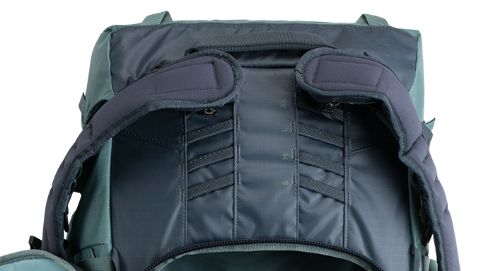 Harnais Réglable en Hauteur - Le harnais du sac à dos Explore 60 est réglable en hauteur, ce qui permet au même sac à dos de s'adapter aux différentes tailles de torses - hommes ou femmes - et d'assurer un ajustement personnalisé pour chaque utilisateur. Il y a quatre options de taille permettant un ajustement d'environ dix centimètres. Un ajustement correct du torse permet au cadre interne d'être beaucoup plus efficace pour transférer la tension et le poids subi par les épaules vers les hanches du porteur pour une sensation de confort plus importante.