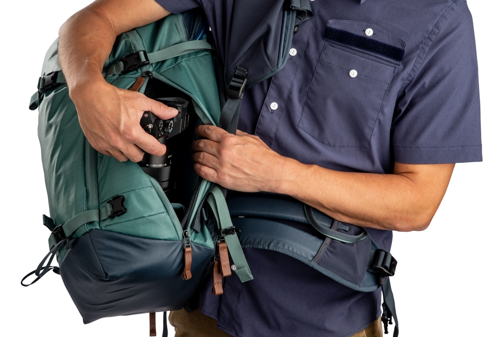 Points d'accès multiples - Le sac à dos Shimoda Explore 30 offre des options d'accès arrière et latéral. L'ouverture latérale est idéale pour un accès rapide sous le bras sans avoir à retirer complètement le sac. L'ouverture arrière permet un accès large et dégagé à l'ensemble de votre équipement dans les conditions de prise de vue ou le temps d'accès au matériel n'est pas essentiel.