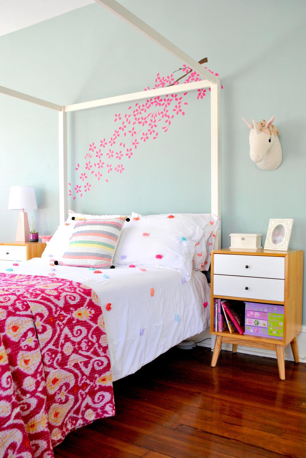girls-bedroom-canopy-bed.jpg
