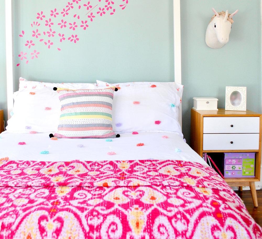 girls-bedroom-pink-flowers