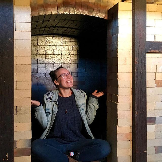I've lost count of how many times I've hit my head on the ceiling of this kiln 😂 📸: @debzelman . . . . #kiln #pottersofinstagram #artist #potter #artschool #gradschool