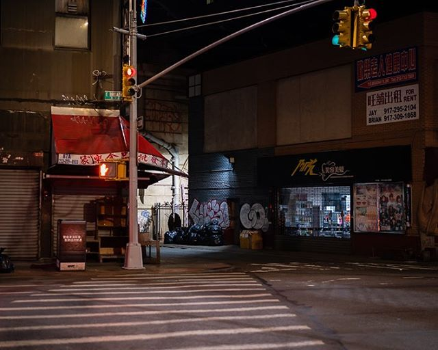 Manhattan Chinatown late in the evening #manhattan #chinatownnyc #chinatown #sonyalpha #zeisscameralenses #urbanandstreet #nightcity #exploretocreate #newyorkcity #newyorkcityphotography #urbanphotography #moodygrams
