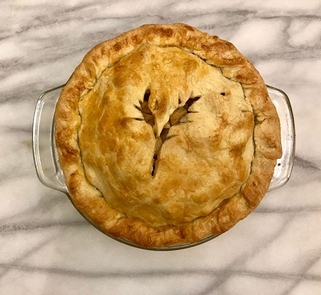 🥧🍏The prettiest apple pie we ever did see. Have you had our apple pie yet?! PM us or head to wildflowerbakes.com to place your order today! All of our pies are completely HANDMADE by us (including our famous crust!)👍 . . . #pies #applepies #piesofinstagram #supportlocal #sacramentobusiness #sacramentobakery #handmade #homemade #vegan #vegansacramento #mompreneurs #visitsacramento #roseville #visitroseville #rosevillebakery #wildflowerbakes