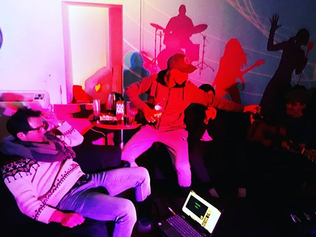 A karaoke night with the kids down at Volume is the perfect way to sing out our week 😝🎤🎶 #volumerishon #music #karaoke #lights #youth #community #singing #colors