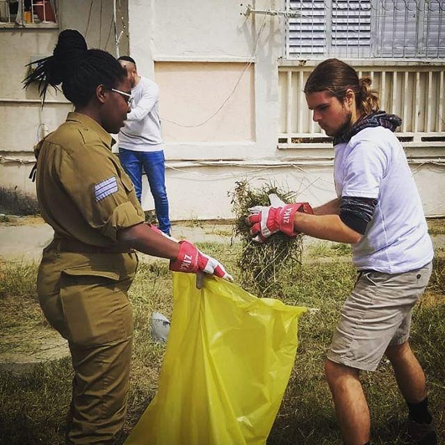 It takes a community to make a community. 🌷  #gooddeedsday #volunteering #socialchange #gardening #trashtag  @yahelisrael @matnasim_israel