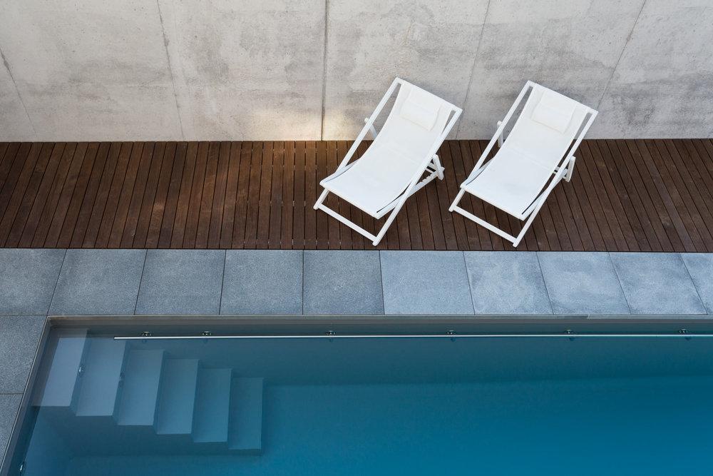 VILLA SINDELFINGEN   Terrassenbelag aus Kebony Holz, Befestigung unsichtbare Verschraubung, 9ox22mm glatt/glatt Kebony Terrassendielen, Unterkonstruktion aus Aluminiumprofil 50x30mm, Zustand Holzbelag neu, Unterbau Betonplatte,Fsc zertifiziert