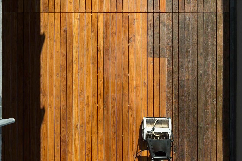Teak-Holzterrasse während der Reinigung