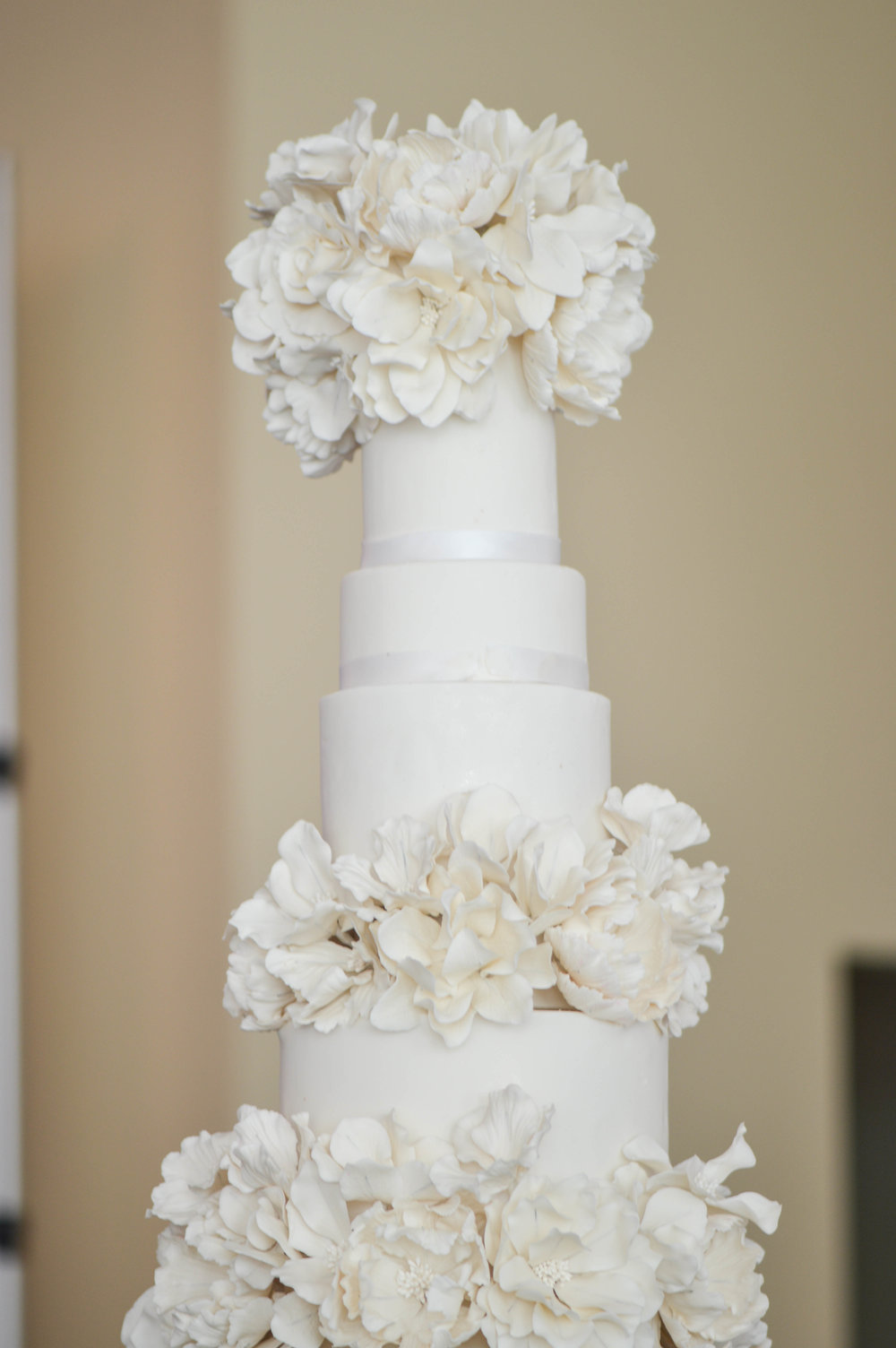 The Wonder of White - The cake featured hundreds of hand-made sugar flowers that totalled over 100 hours to create.