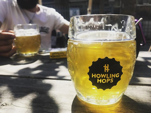 Praise London for offering up all the brews and all the rays! So far we've visited @howlinghops and @cratebrewery AND we got to sample a favourite of Frank's #palefire 🔥 from @pressuredropbrw . . . #brewsontour #beerporn #craftbeer #sunshine #londonsummer #refreshing #holiday #londoncraftbeer