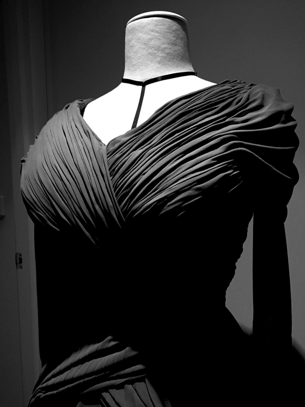 maison-de-rossi-blog-from-a-dream-to-reality-finished-front-drape-b&w.png