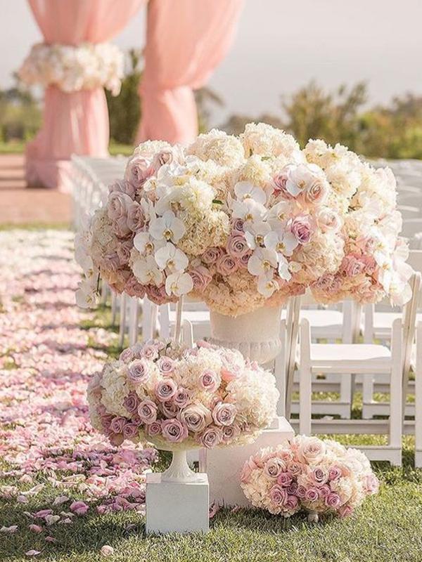 maison-de-rossi-blushing-bride-wedding-blog-formal-theme-wedding-isle-runner.png