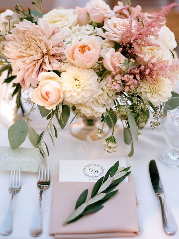 maison-de-rossi-blushing-bride-blog-colour-story-blush-garden-wedding-balloon-wild-flower-table-setting.png