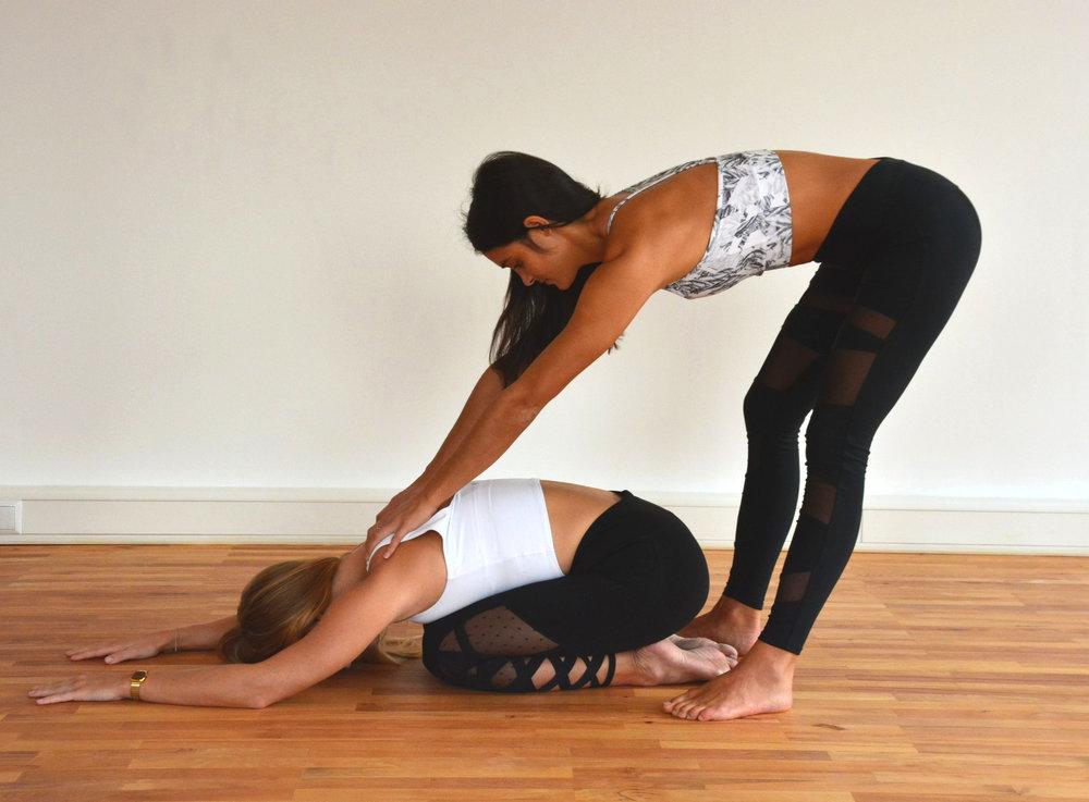 Regeneratives Yoga - Regeneratives Yoga ist sowohl für Anfänger wie auch Fortgeschrittene geeignet, die es gerne ruhiger angehen wollen. Mit sanfte Dehnübungen öffnen wir unseren Körper, lösen angespannte Muskeln und Faszien und unterstützen so unsere Regenerationsfähigkeit. Durch Verweilen in einzelnen Positionen kann auch der Geist zur Ruhe kommen und wir richten die Aufmerksamkeit nach innen. Regeneratives Yoga führt zu Entspannung, Stressreduktion, geistiger Balance und verbesserter Flexibilität.