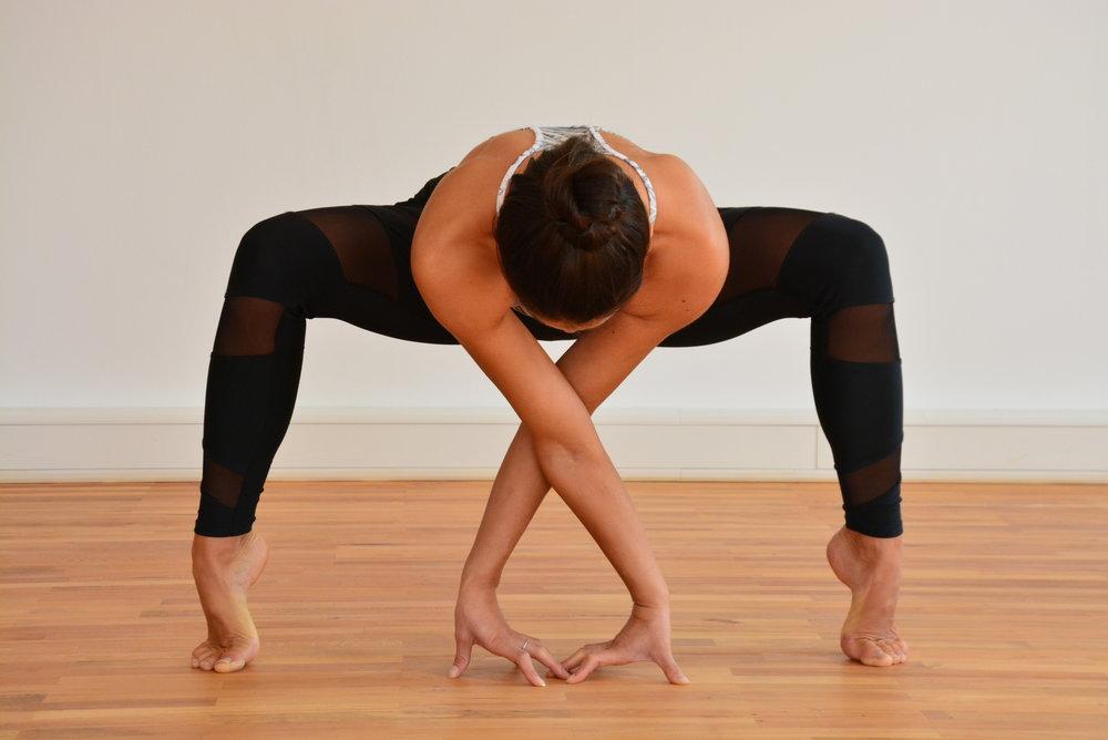 Vinyasa Flow 2 - Vinyasa Flow Yoga ist gekennzeichnet durch die Verbindung von Bewegung mit Atmung und dem Gefühl des Fliessens einer Körperübung in die andere. Grundhaltungen des Yoga werden erlernt und frei miteinander kombiniert. Dadurch entsteht eine dynamische und teilweise kraftvolle Yogapraxis, die den Körper, die Seele und den Geist in Einklang bringt.Vinyasa Flow 2 oder Yoga on the Rock ist eine kraftvolle und dynamische Yogapraxis die sich an der Übungsabfolge des Asthanga-Vinyasa-Yoga orientiert. Wir verbinden die einzelnen Körperhaltungen mit fließenden Bewegungen und dem Atem. Dadurch wird dein Körper gestärkt, deine Muskulatur gelockert und dein Geist fokussiert und entspannt. Für alle sportlich Begeisterten und Aktiven.