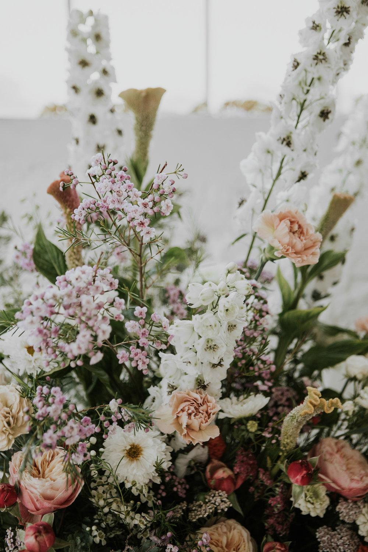 A virágkompozíciókat Frida Virágműhelye készítette, a fotókat pedig Jágity Fanni