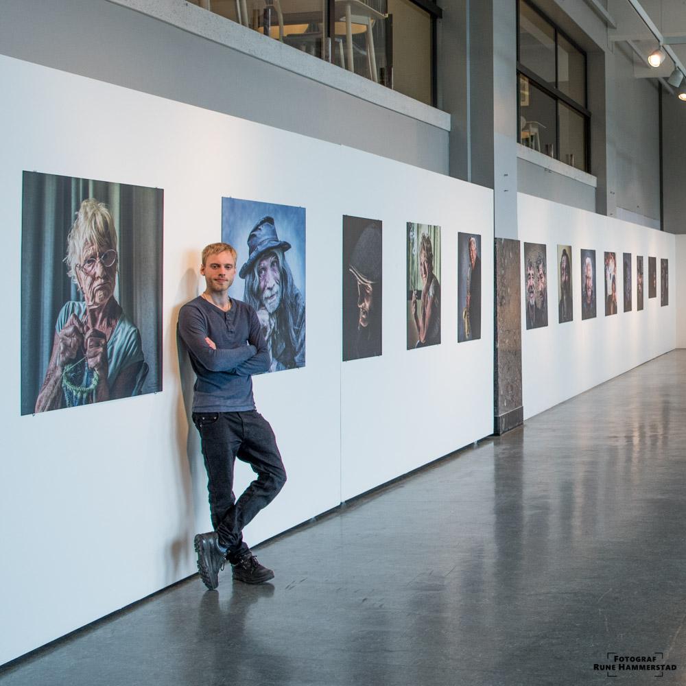 Jeg har hatt ca 30 fotoustillinger. Blant annet på Rådhusgalleriet, Cafe sør, Erlik kaffe og Kulturhuset.