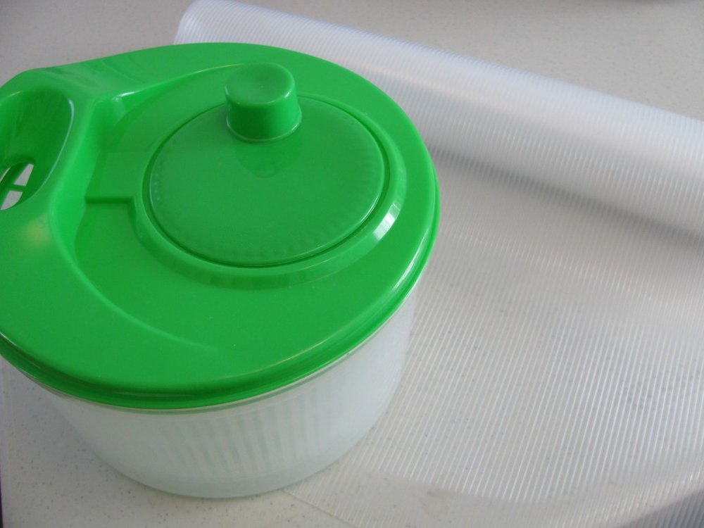 Salad spinner, ribbed shelf liner