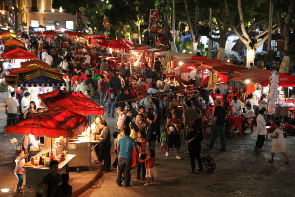 Plaza Grande - The main plaza is very animated. Mayan dancers, handcrafts, souvenirs, market and typical food.