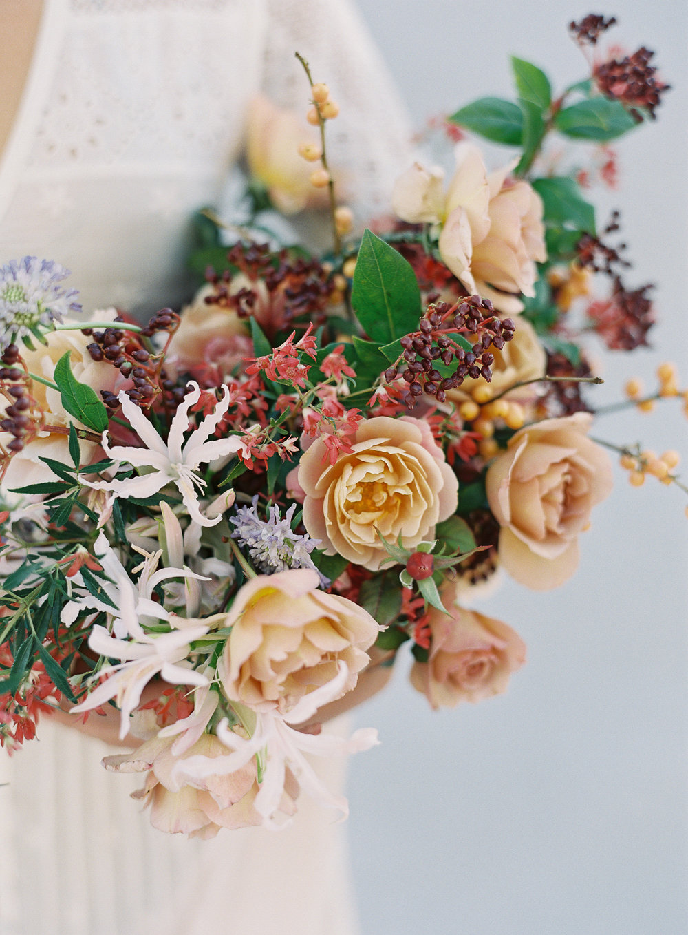 NECTAR + BLOOM || Garden Rose Autumn Bridal Bouquet in Warm Corals + Neutrals || Nectar + Bloom bridal bouquet || Sposto Photography || #fineartweddingflowers #fineartfloraldesign #fineartwedding #sandiegoweddingflorist #sandiegoflorist  #sandiegofloraldesigner #fineartweddingbouquet #bridalbouquet #bridalstyle #romanticwedding #weddingdetails #modernbride #modernbrialbouquet #bohemian #elegantbride #weddingfashion #fallbridalbouquet #autumbridalbouquet #fallflowers #gardenroses #romanticwedding #romanticbridalbouquet