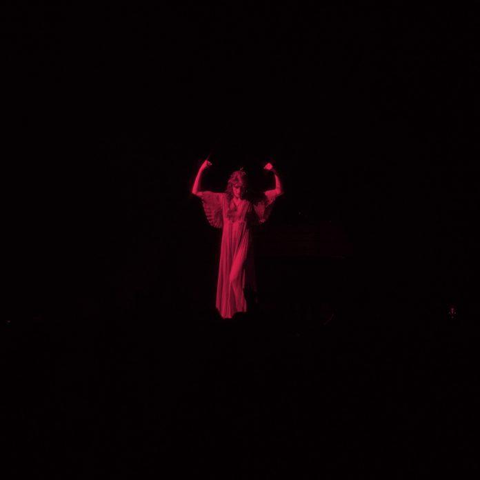 Florence-the-Machine-moderation-696x696.jpg