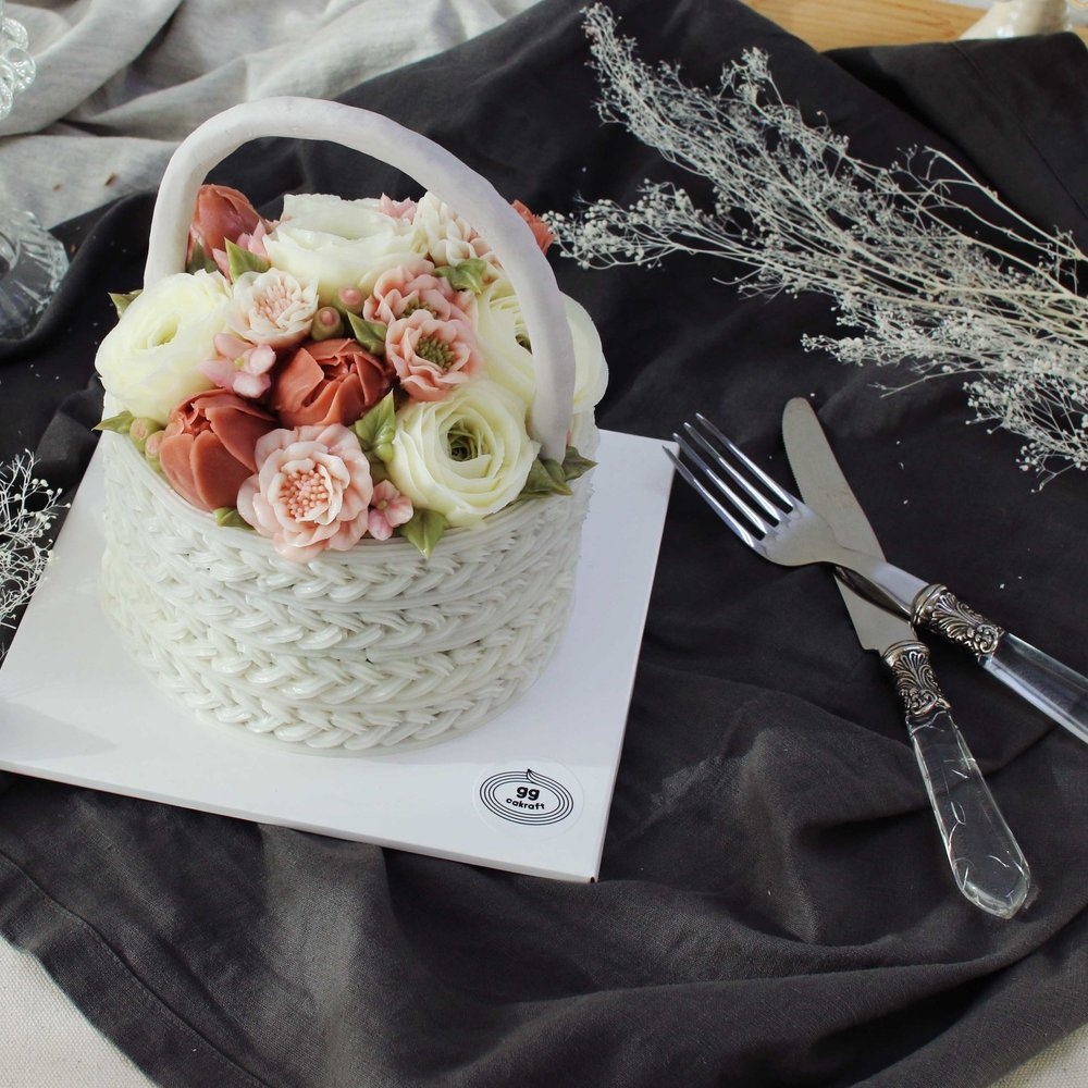 Day 2. Basket cake with handle (Dummy cake)   - Flower piping : Lisianthus, marigold, bouvardia leaf,  - Basket icing & handle.