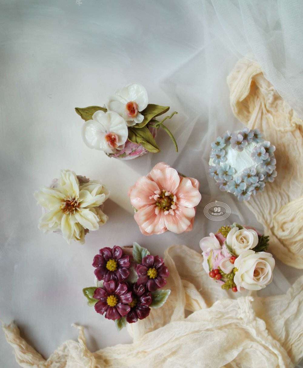 Fancy Cupcakes   - Flower piping : Signature Rose, Helleborus, Gerbera, Orchid, Cosmos, Apple Blossom.,  - Glossy buttercream demo.  - The images are for reference ONLY