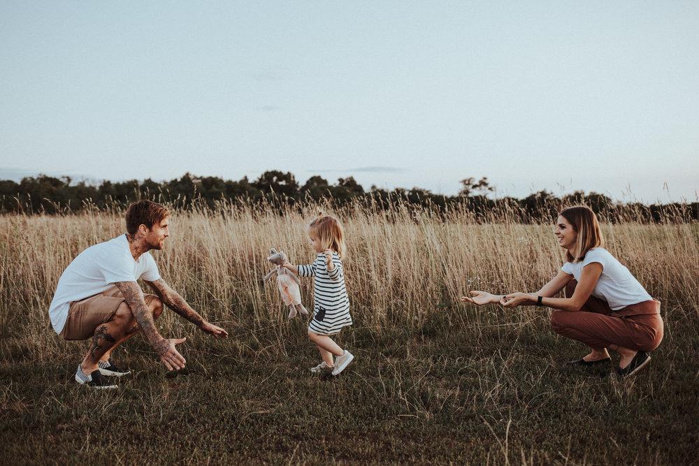 - A nevünk Zoé, Ádám és Domi, így alkotunk mi egy családot.Szeretünk minden pillanatot megélni, legyen az kellemes vagy kevésbé örömteli. Mindhármunkban él az alkotás vágya, én ezt az enteriőr tervezésen keresztül valósítom meg. Imádom a természetes anyagokat, a letisztult tereket egy kis régivel kiegészítve.Úgy gondolom, hogy a kevesebb az több,ez határozza meg a személyiségemet és a környezetemet. Ezen a szemléleten keresztül szeretném megmutatni Nektek a mi világunkat.