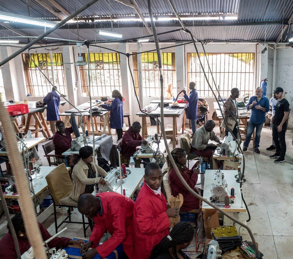PROJET KENYA - [FEVRIER 2018]Chaque année depuis sa création, Maison Château Rouge s'associe à une marque en lien avec le continent africain le temps d'une collection capsule.Cette année la marque a décidé de se rendre à Nairobi, capitale emblématique du Kenya, pour collaborer avec la marque de sac Sandstorm.