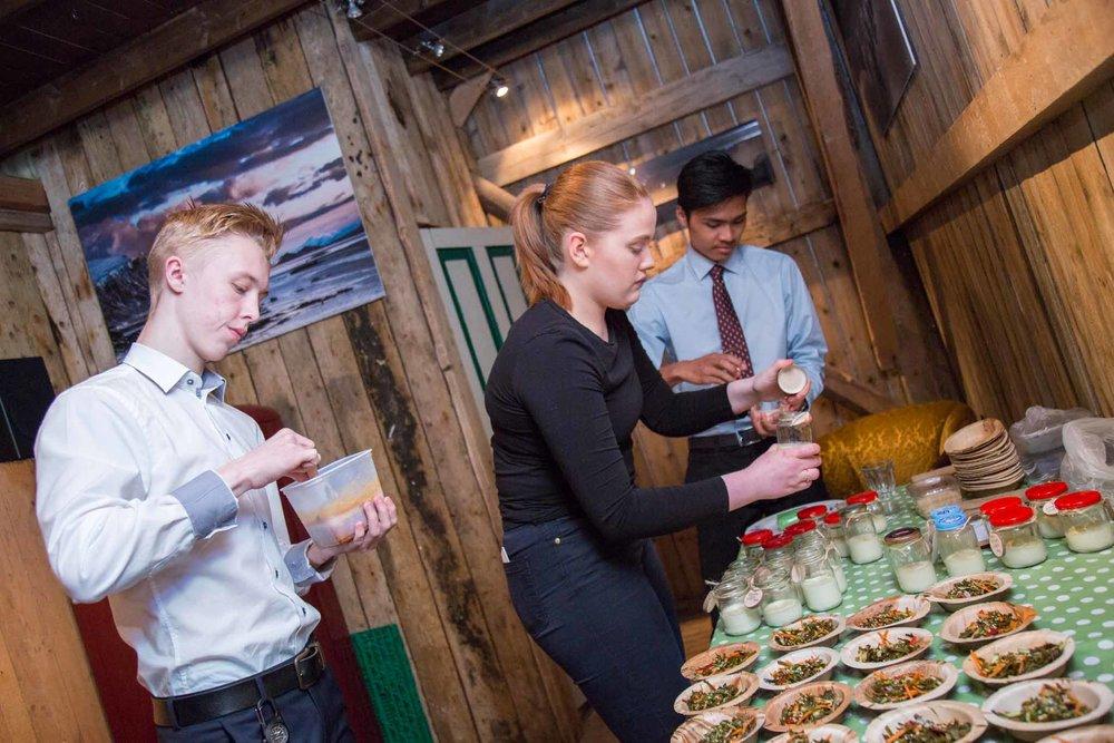 Students from Herøy Trade School preparing delicious seaweed tapas (© Siv-Elin Nærø)